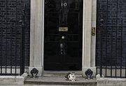 Na čísle popisném 10, Downing Street jsou stále zavřené dveře