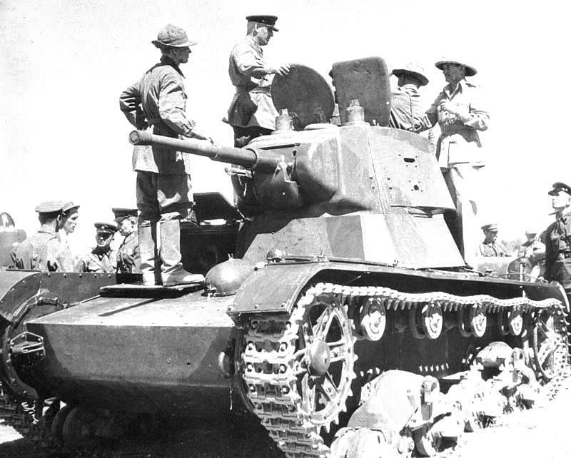 Britští vojáci při návštěvě sovětského tanku T-26, 31. srpna 1941