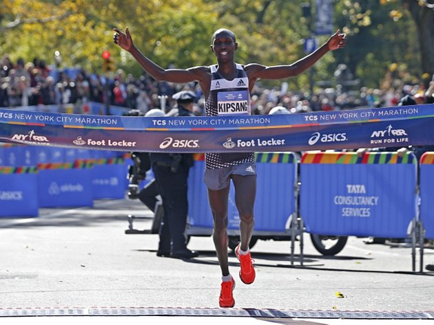 Keňan Wilson Kipsang se raduje z vítězství v proslulém Newyorském maratonu.