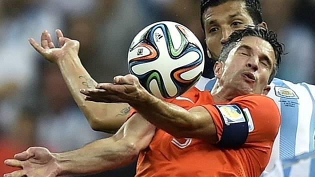 Kanonýr Nizozemska Robin van Persie (vpředu) si zpracovává míč proti Argentině.