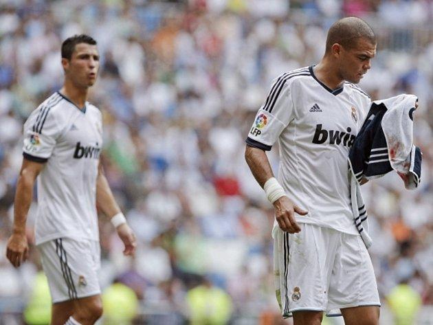 Pepe z Realu Madrid (vpravo) po úderu do hlavy proti Valencii.