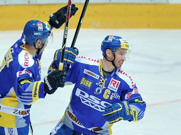 Hokejisté Zlína Petr Čajánek (vpravo) a Dalibor Řezníček se radují z gólu proti Hradci Králové.
