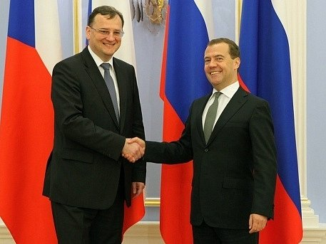 Předseda ruské vlády Dmitrij Medveděv vítá českého premiéra Petra Nečase