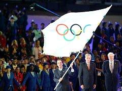 Starosta Ria de Janeira Eduardo Paes (vlevo) převzal olympijskou vlajku.