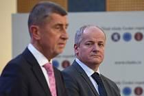 Bývalý ministr zdravotnictví Roman Prymula (na snímku z 28. února 2020 vpravo) bude poradcem premiéra Andreje Babiše (vlevo) na úřadu vlády