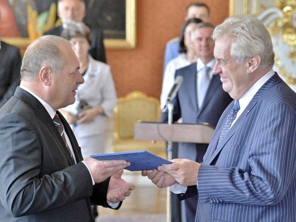 Prezident republiky Miloš Zeman (vpravo) jmenoval 10. července v Praze ministrem práce a sociálních věcí Františka Koníčka (vlevo).