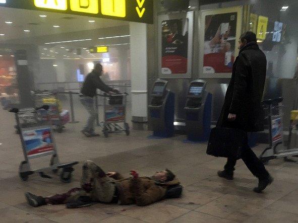 Výbuchy na bruselském letišti zabily ráno několik lidí.