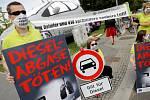 Protesty německých Greenpeace před budovou, kde se koná dieselový summit.