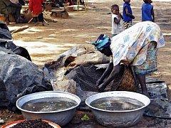 Přípravou místního prosného piva v Burkině Faso se zabývají především ženy.