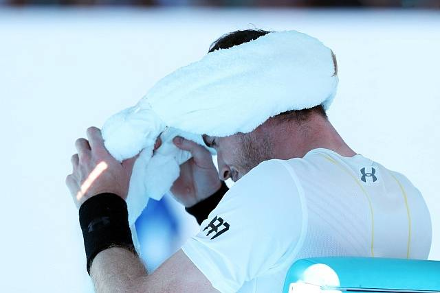 Světová jednička Andy Murray z Británie vypadl senzačně v osmifinále tenisového Australian Open po prohře 5:7, 7:5, 2:6, 4:6 s Němcem Mischou Zverevem.