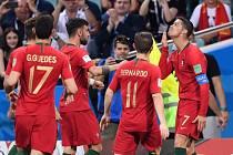 Portugalští fotbalisté slaví gól své největší hvězdy, Cristiana Ronalda.