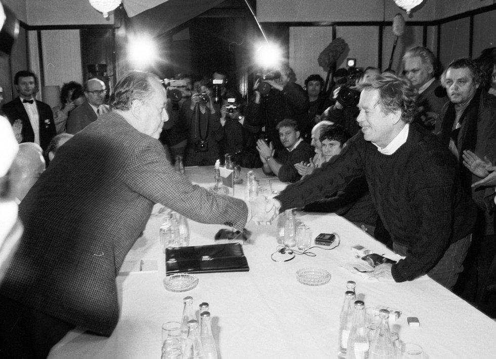 Ještě před manifestací se zástupci Občanského fóra sešli v neděli 26. listopadu 1989 dopoledne s oficiální vládní reprezentací. Václav Havel si podal ruku s Bohuslavem Kučerou, předsedou Národní fronty