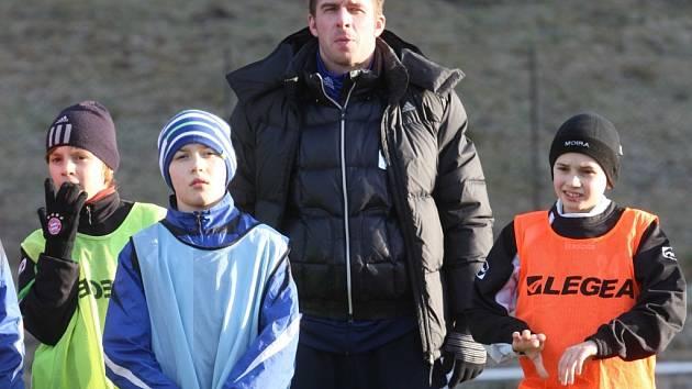 Bývalý fotbalový reprezentant Zdeněk Grygera (uprostřed) občas zatrénuje i s malými fotbalisty.