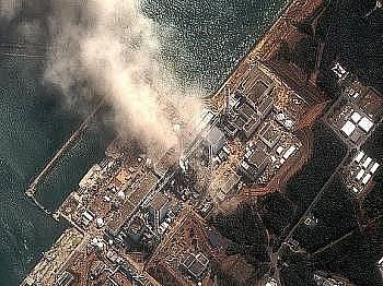 Poničená jaderná elektrárna Fukušima po tsunami a zemětřesení 10. března 2011.