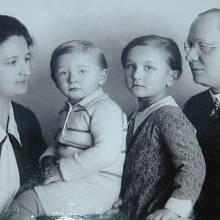 Hana Lustigová-Hnátová s bratrem a rodiči.