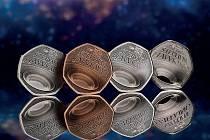 Britská královská mincovna vydala k prvnímu výročí smrti teoretického fyzika Stephena Hawkinga sběratelskou padesátipenci.