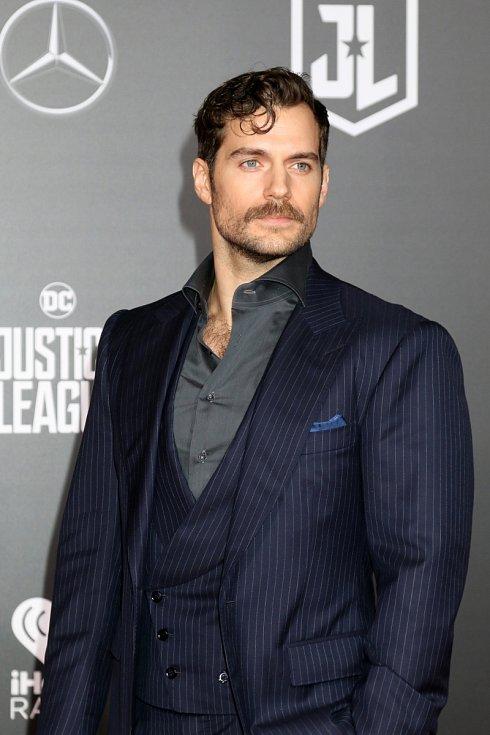 Henry Cavill si zahrál Supermana, s Tomem Cruisem vyrazil na jednu z Mission Impossible, teď Henry Cavill září jako Zaklínač.