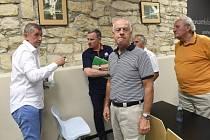 Setkání bývalých klientů zkrachovalého H-Systemu, členů bytového družstva Svatopluk, kam dorazil premiér Andrej Babiš (vlevo) a hejtman Zlínského kraje Jiří Čunek (druhý zleva).