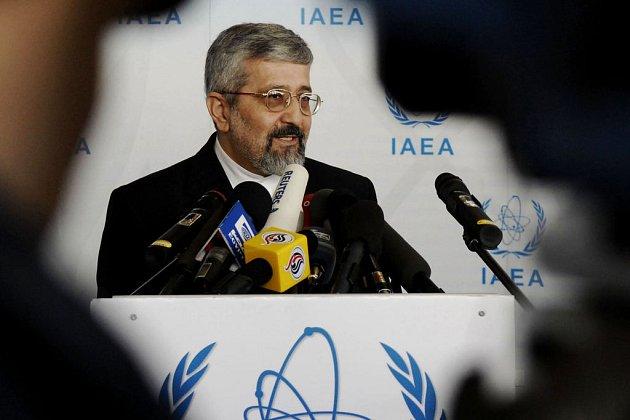 Teherán vytrvale tvrdí, že podezření o nemírovém účelu jeho jaderného programu se zakládají na podvržených důkazech. Naposledy to prohlásil íránský velvyslanec při Mezinárodní agentuře pro atomovou energii Alí Asghar Soltáníje.