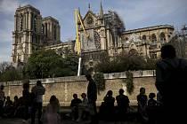 Práce na obnově požárem poničeného chrámu Notre-Dame v Paříži na snímku z 21. dubna 2019