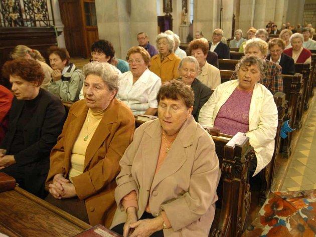 Kostel, věřící, modlení, mše