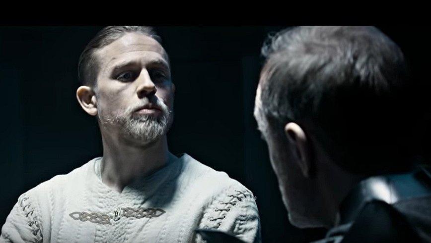 Charlie Hunnam ve filmu Král Artuš.