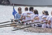 Královský pár při veslařskému závodu