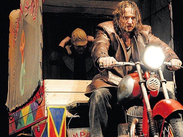 Silnice. Tomáš Lněnička v inscenaci Klicperova divadla.