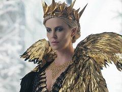 LOVEC: ZIMNÍ VÁLKA. Zatím bez Sněhurky. Zato s dvěma královnami: Emily Bluntová a Charlize Theronová ve variaci na známou pohádku.