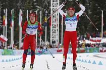Justyna Kowalczyková (vpravo) vybojovala ve strhujícím finiši v závodě na 30 km klasicky před Marit Björgenovou první olympijské zlato v kariéře.