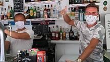 Rostislav alias Rosco Jergl původem z Ostravy provozuje na španělském ostrově Mallorca spolu se dvěma kolegy restauraci a bar 3 Chicos. Hitem je české pivo, ale i guláš nebo smažený sýr.