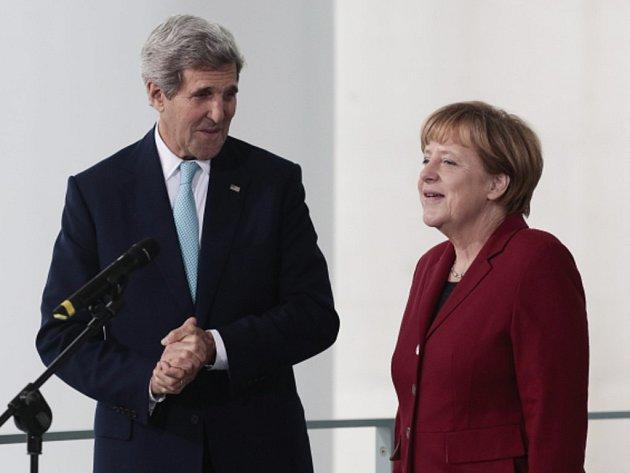 Německá kancléřka Angela Merkelová a americký ministr John Kerry spolu jednali v Berlíně.