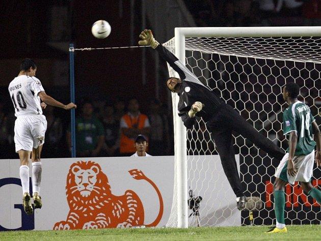 Júnis Mahmúd střílí rozhodující gól utkání.
