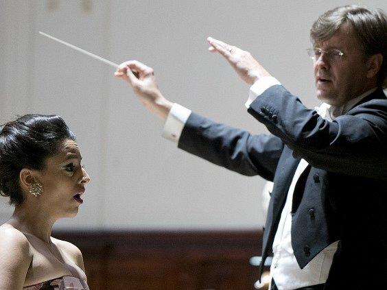 Izraelská sopranistka Hila Fahimová a dirigent Tomáš Netopil se Symfonickým orchestrem hl. m. Prahy FOK ukončili 4. června v Praze letošní ročník mezinárodního hudebního festivalu Pražské jaro.
