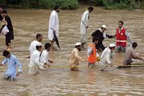 Bleskové záplavy způsobené monzunovými dešti smetly na severozápadě Pákistánu autobus se svatebčany.