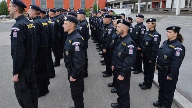 Čtyřicet českých policistů odjelo 20. června z Prahy do Makedonie, kde budou střežit hranici s Řeckem kvůli migrační krizi. Cestu zahájili slavnostním nástupem.
