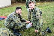 Přiložení tlakového obvazu. Josef Dostál (vlevo) a Pavel Maslák.