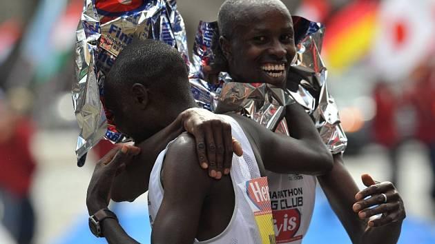 Vítěz Pražského půlmaratonu Keňan Karanja (čelem) v objetí svého krajana a v sobotu druhého Mahugua.
