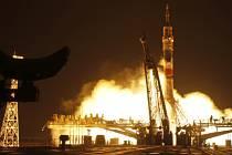 Kosmická loď odstartovala z kosmodromu Bajkonur v kazašské stepi v pátečních 22:26 SEČ a let jí trval zhruba šest hodin.