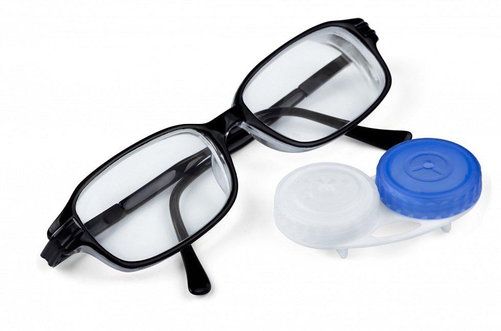 Pokud už vaše oči nejsou jako dřív a hůře vidíte, rozhodně byste měli sáhnou po dioptrických brýlích nebo kontakních čočkách.