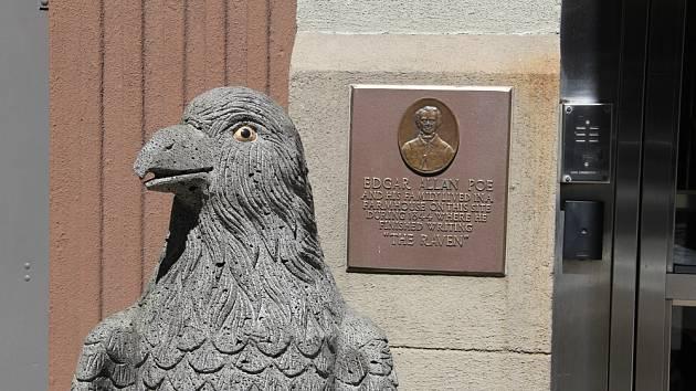 Plaketa Edgara Allana Poea a socha Havrana na West 84th Street v New Yorku