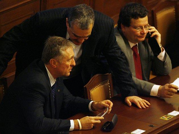 Mimořádná schůze sněmovny o Lisabonské smlouvě: Premiér Mirek Topolánek (ODS), ministr zahraničí Karel Schwarzenberg a vicepremiér Alexander Vondra (ODS)