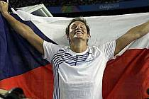 Barbora Špotáková s českou vlajkou.