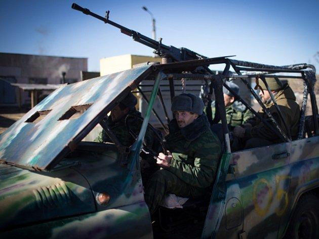 Na východě Ukrajiny den před volbami ve dvou separatistických republikách pokračují boje, během nichž za posledních 24 hodin zemřelo šest ukrajinských vojáků.
