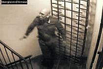 Záběr kamery zachytil útočícího muže