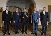 Na Pražském hradě se sešli kvůli koordinaci zahraniční politiky ústavní činitelé. Zleva ministr obrany Lubomír Metnar, ministr zahraničí a Jan Hamáček, premiér Andrej Babiš, prezident Miloš Zeman a předseda Sněmovny Radek Vondráček.