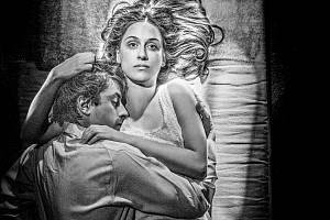 Pražské Divadlo v Dlouhé uvede novou adaptaci slavné novely Jana Otčenáška Romeo, Julie a tma.