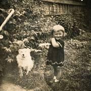 Malá Jiřina na konci 30. let se psem