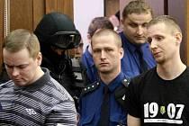 Vítkovští žháři před soudem. David Vaculík (vlevo) a Jaromír Lukeš (černé triko).