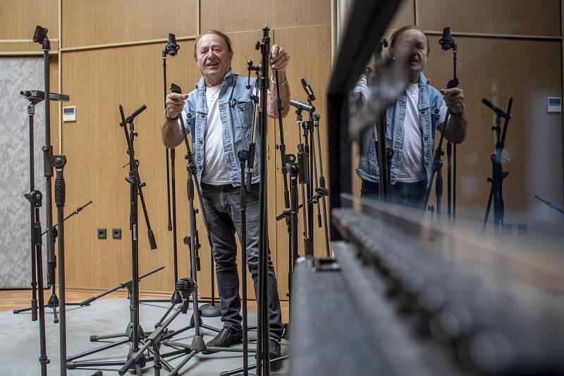 Petr Janda sOlympicem stále hraje, píše nové písničky a vydává nové desky, protože má ještě pořád nápady.
